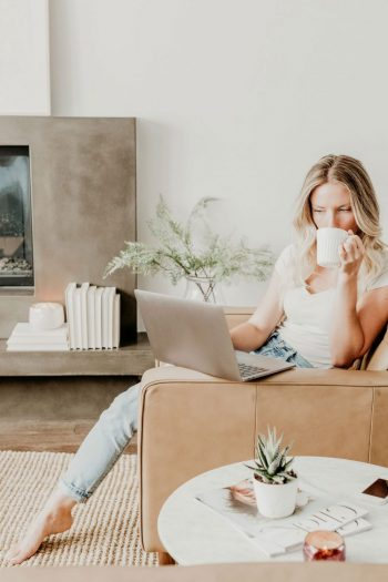 Find out how to become a blogger and earn money from home. #earnmoneyblogging #workfromhome